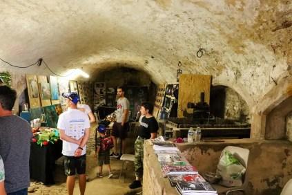 Gemälde-Verkauf in einem Keller in Sierck-les-Bains