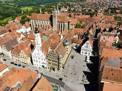 Rathaus und Marktplatz Rothenburg Luftaufnahme