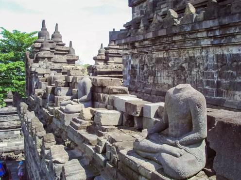 Buddha-Statuen ohne Kopf Borobudur