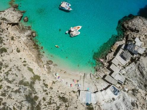 Boote in der Bucht Cala Tarida