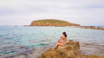Auf dem Strand Cala Comte