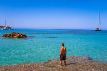 Cala Tarida mit türkisfarbenem Meer