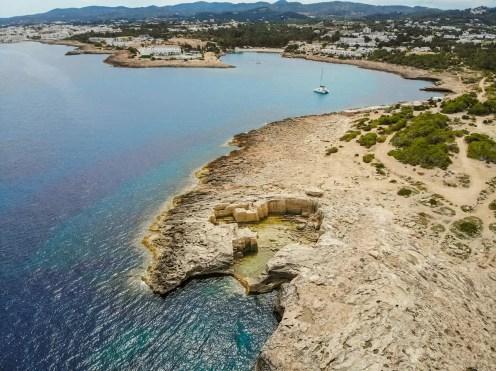 Punta de sa Pedrera mit Port d'Es Torrent im Hintergrund