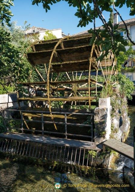 water wheels in l 39 isle sur la sorgue pays des sorgue vaucluse provence. Black Bedroom Furniture Sets. Home Design Ideas