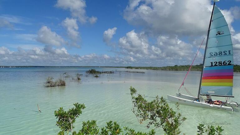 Mexiko-Rundreise-Segelboot-Laguna-Bacalar