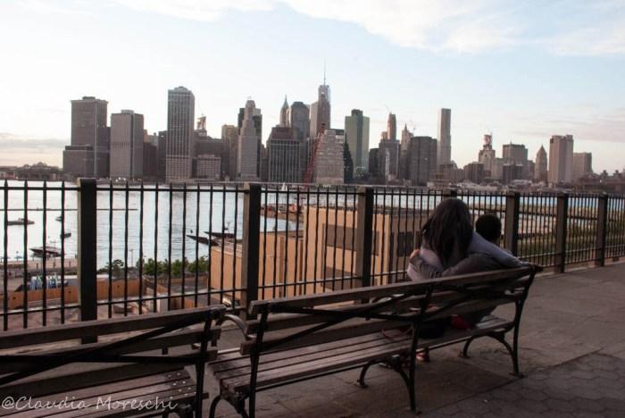 Vista su Manhattan dal lungofiume di Brooklyn