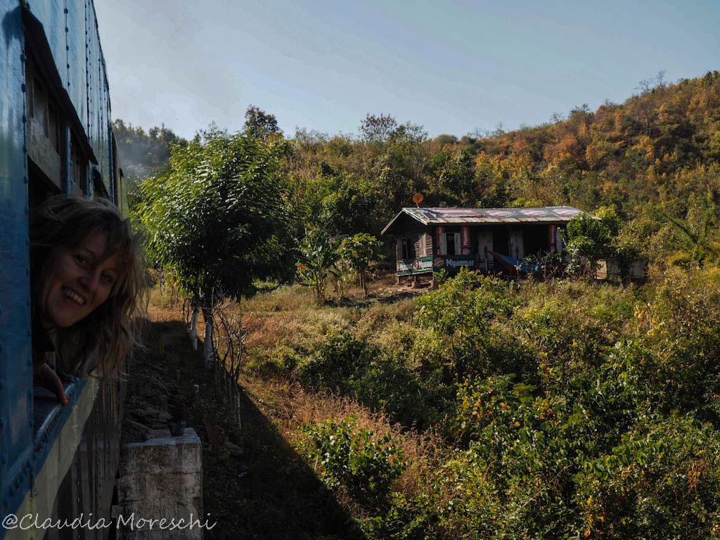 L'avventura di prendere il treno in Myanmar