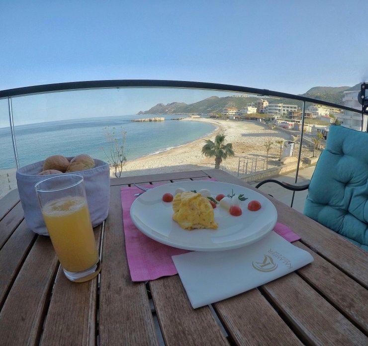 Frühstück im Kalamper Hotel mit Meerblick