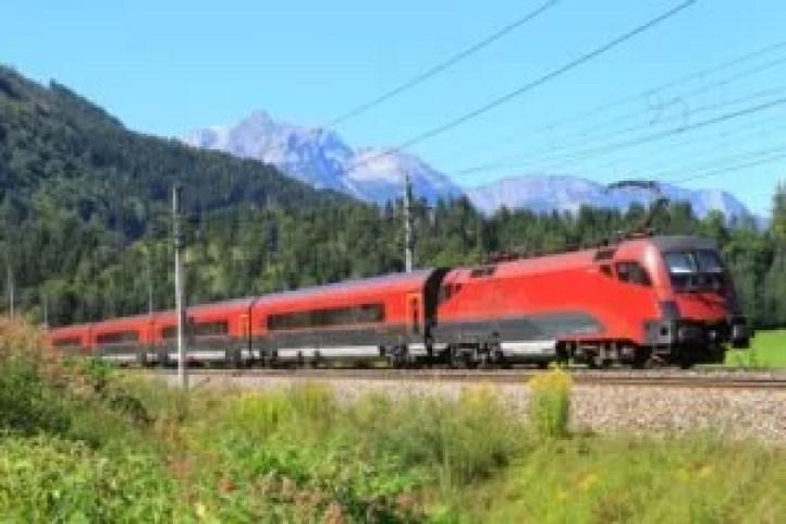 Railjet travels through Alpine landscape. © ÖBB/Christian AuerweckRailjet © ÖBB/Christian Auerweck