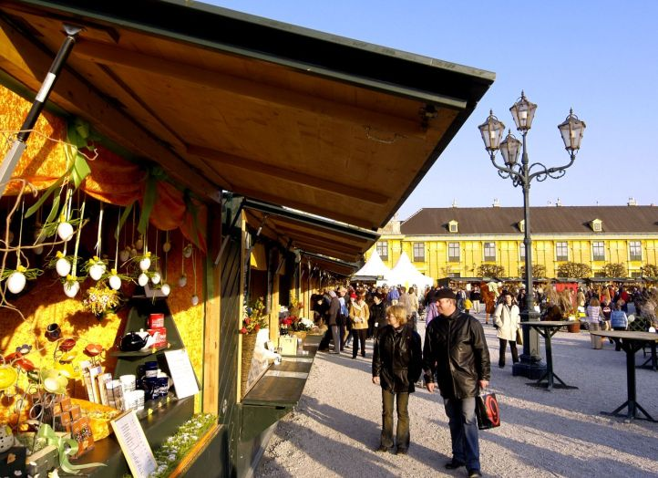 Easter market in front of the Schönbrunn Palace. © Vienna Tourism