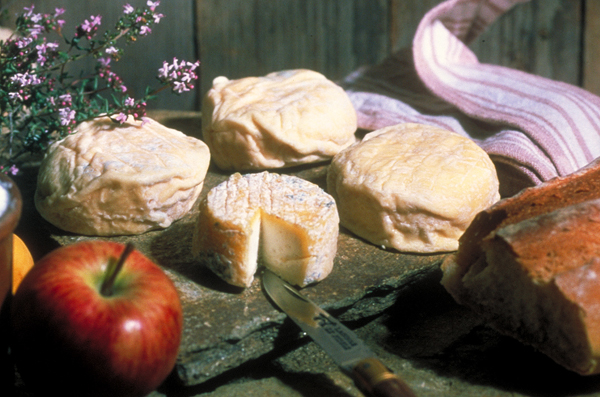 Badoit (verte) and Evian both pair well with cheese © RA Tourisme/P. Fournier