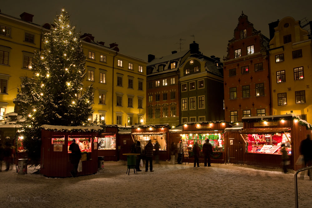 The Christmas market in Gamla Stan, the Old Town of Stockholm (c) Michael Caven from Stockholm, Sweden [CC-BY-2.0], via Wikimedia Commons