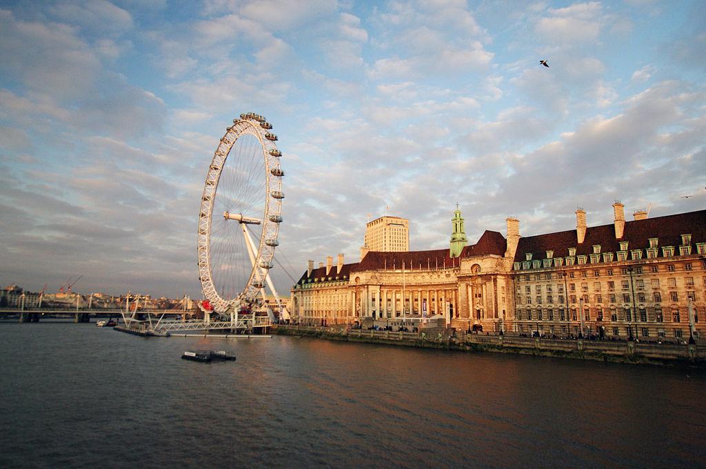County Hall and the London Eye By Rosakoalaglitzereinhorn (Own work) [CC BY-SA 3.0], via Wikimedia Commons