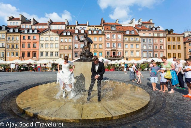 Newly weds pose for their candids in front of the Mermaid (Old Town Warsaw) - one of the two saviours of Warsaw