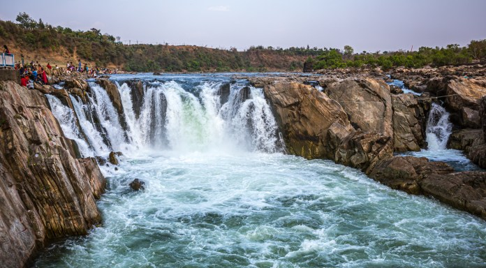 This post is about rocks in Jabalpur. Rocks structures, both natural and man-made. Sporting a rocky terrain by the banks of River Narmada, the attractions around Jabalpur have an obvious linkage with rocks. - Jabalpur Rocks - Travelure ©