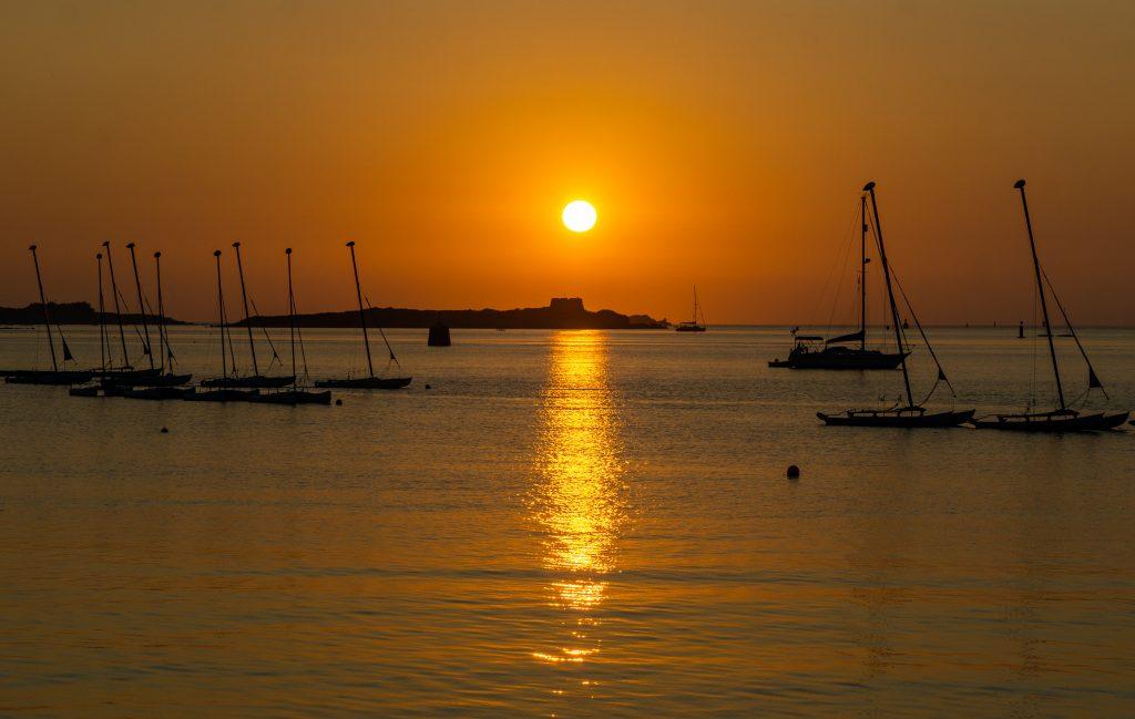 Zeilen langs de kust van Bretagne zonsondergang