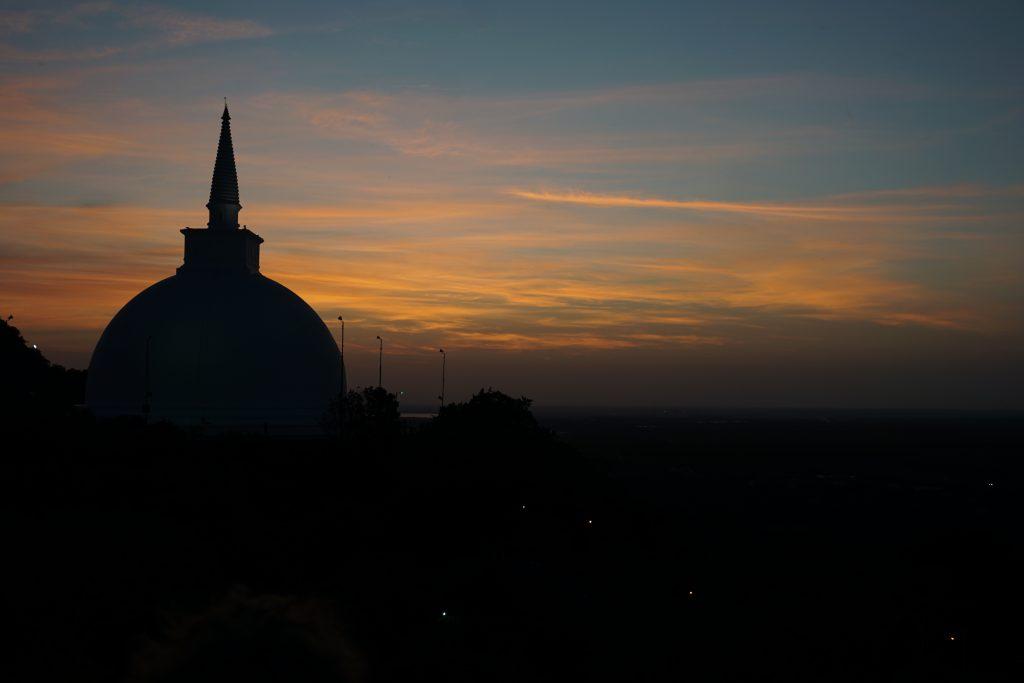 Zonsondergang in Mihintale dichtbij Anuradhapura