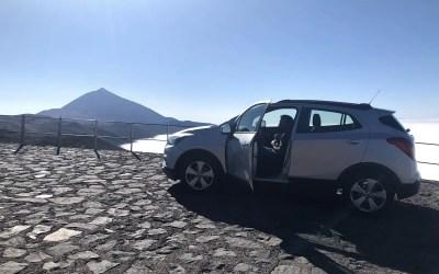 auto con Teide sullo sfondo a Tenerife