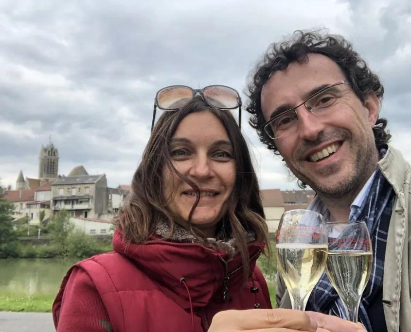 Claudia e Gabri brindano con lo champagne