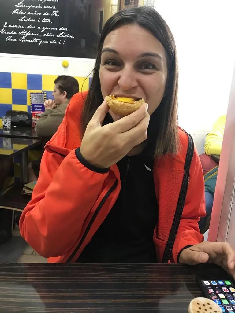 Claudia che mangia un Pastel de Nata