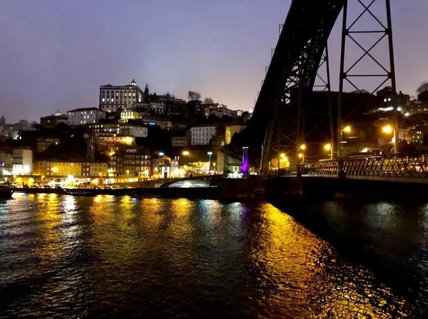 Porto paesaggio notturno sotto il ponte Luis I