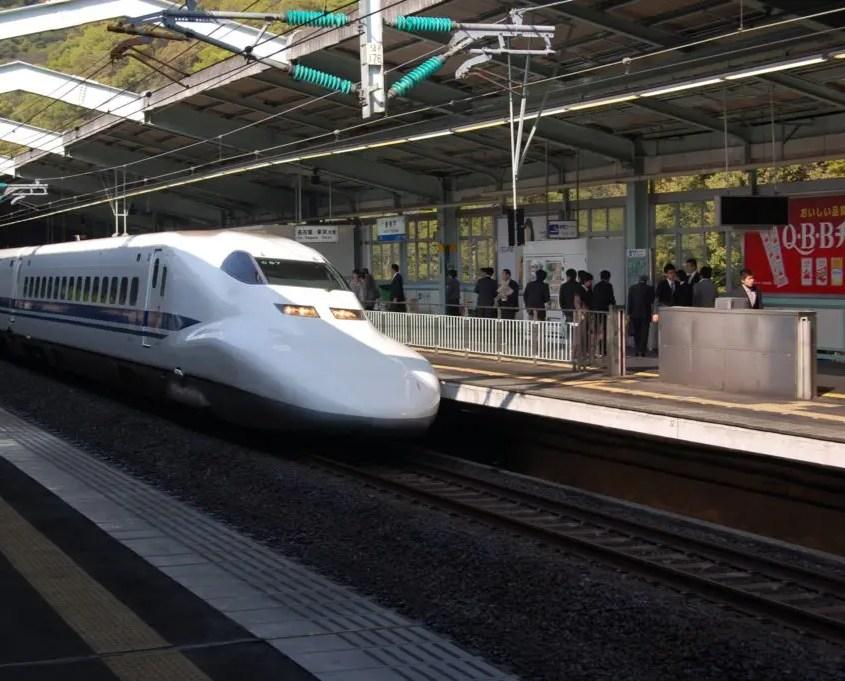 shinkansen in stazione