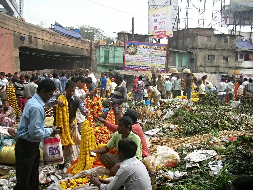 Der gut besuchte Blumenmarkt in Varansi (Indien)