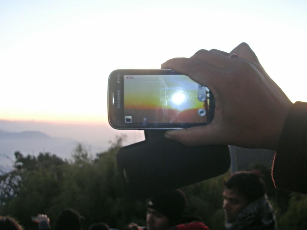 Fremdes Handy vor dem Gesicht am Tiger Hill