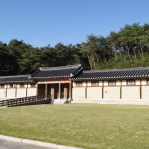 This is a traditional house during the Joseon Dynasty (1390s-1911). This house shows an insight into life during King Sejong's rule (early 1400s).