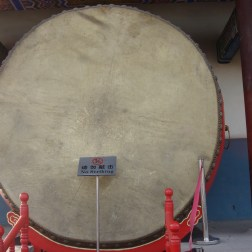 There are also some very large drums. Unfortunately, you cant strike these.
