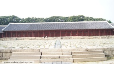 There are nineteen gates holding the spirits and tablets of the first nineteen Joseon monarchs.