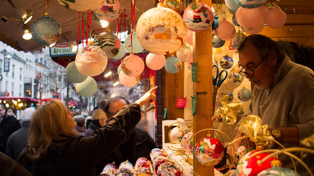 Buying-Christmas-balls-village-in-Reims-France