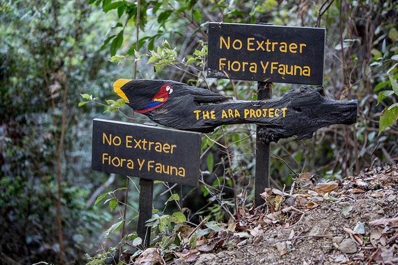 Costa Rica-No Extraer signs