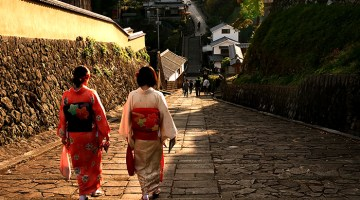 Kitsuki .Tourists strolling along  Suya no saka in kimonos