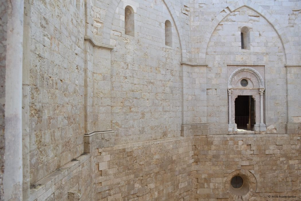 Binnenplaats van ht Castel del Monte in Puglia, Italië