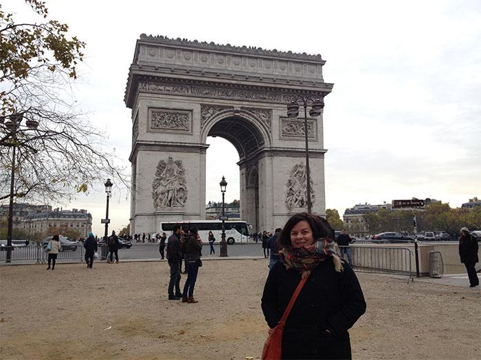 Karine (en PVT Belgique) devant l'Arc de Triomphe à Paris
