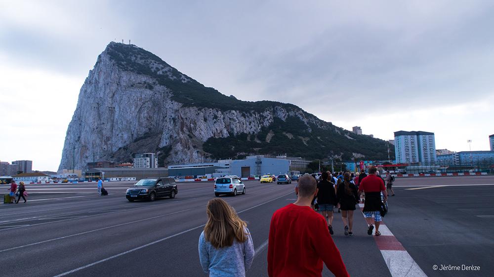 Visiter Gibraltar - Traverser à pied la piste d'atterrissage de l'aéroport de Gibraltar