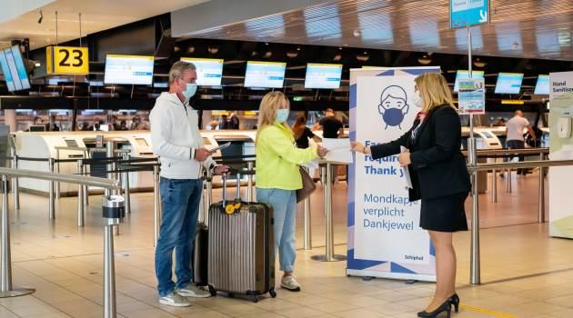 Schiphol-topman Benschop: 'Vlieg alleen als het noodzakelijk is'