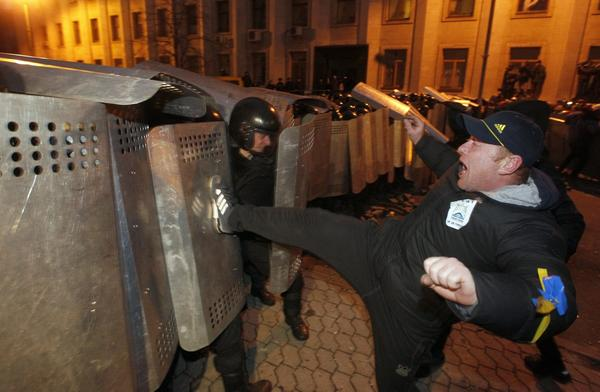 Protester kicks rank of Ukrainian police