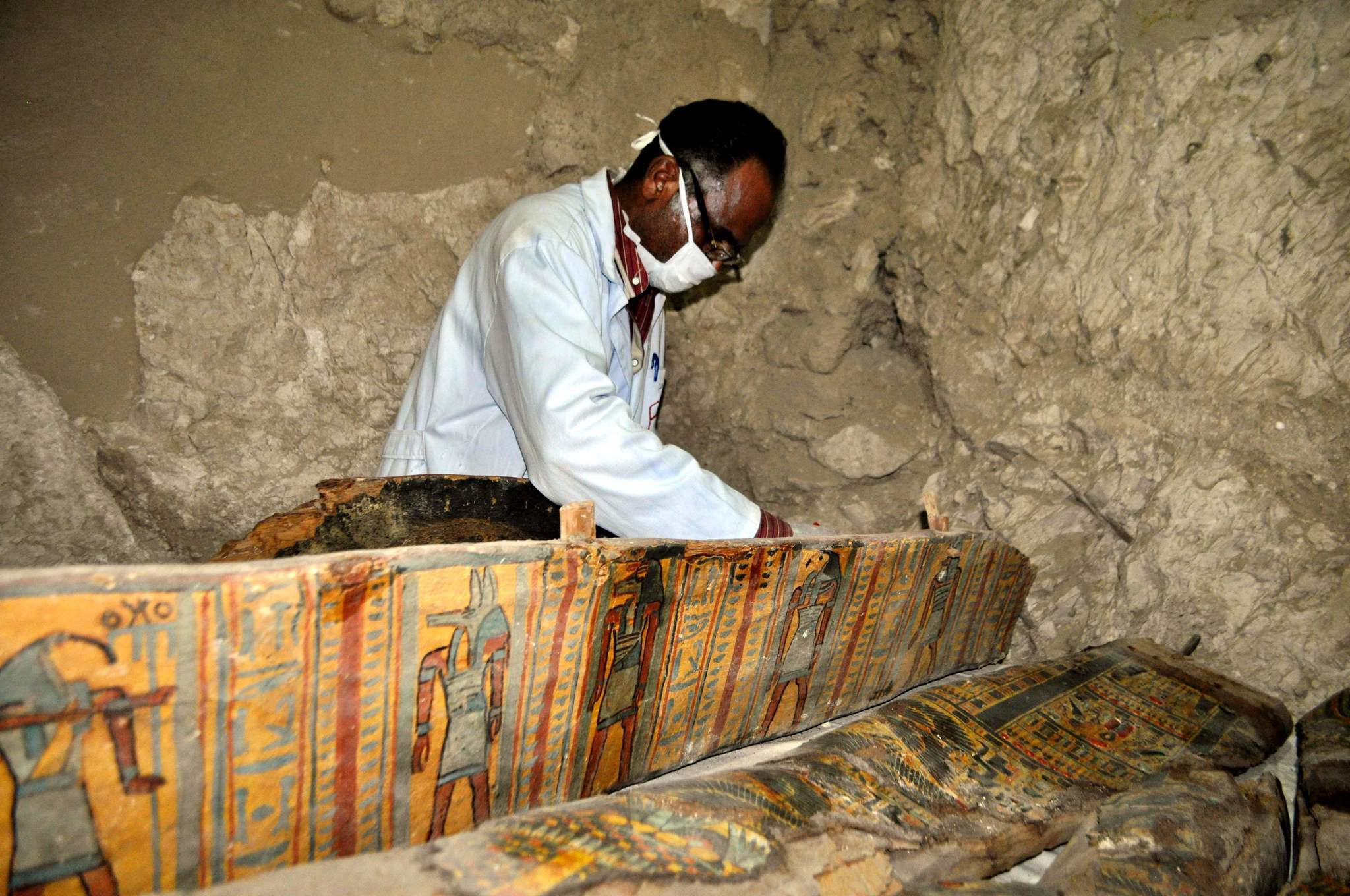 Archaeologists find 1000 statues in tomb in Egypts Luxor