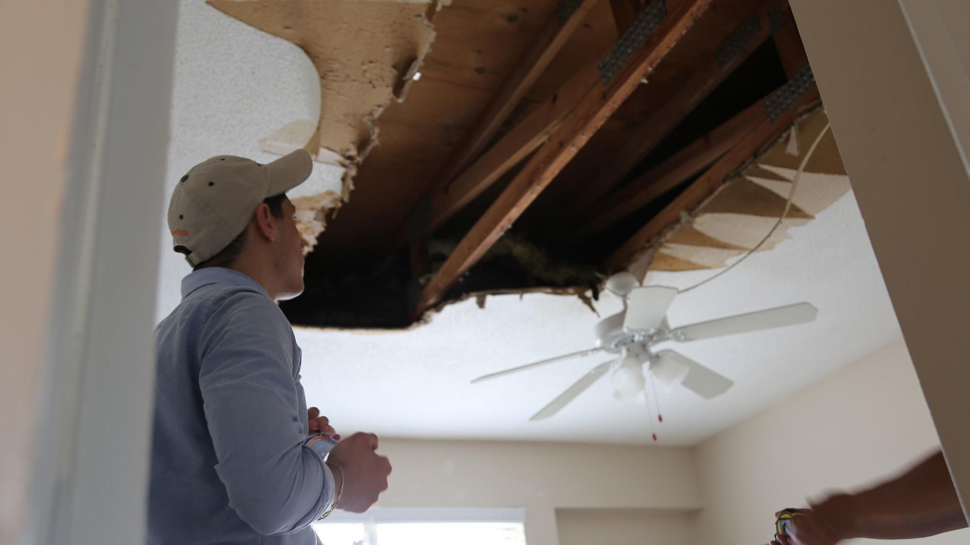 Joven puertorriqueo frustrado tras colapsar el techo