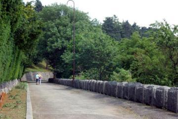 Uspon + koji krug oko spomenika. Foto: kudazavikend.com