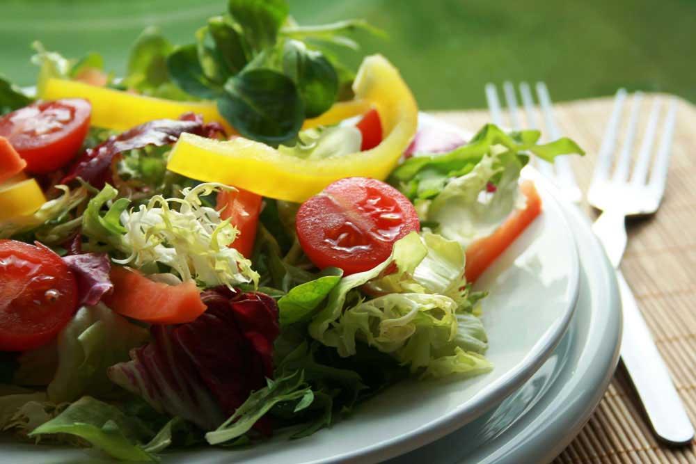 Salata za doručak uz parče kvalitetnog hleba od celih žitarica idealan jelovnik za mršavljenje