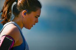 trkačica sa slušalicama