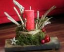 Weihnachtsgesteck mit Treibholz auf alter Holzbohle
