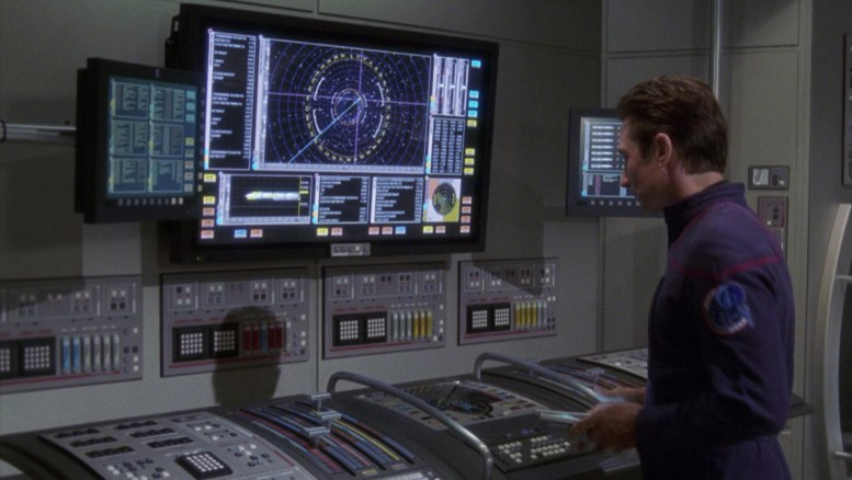 Malcolm Reed calibrando torpedos da Enterprise