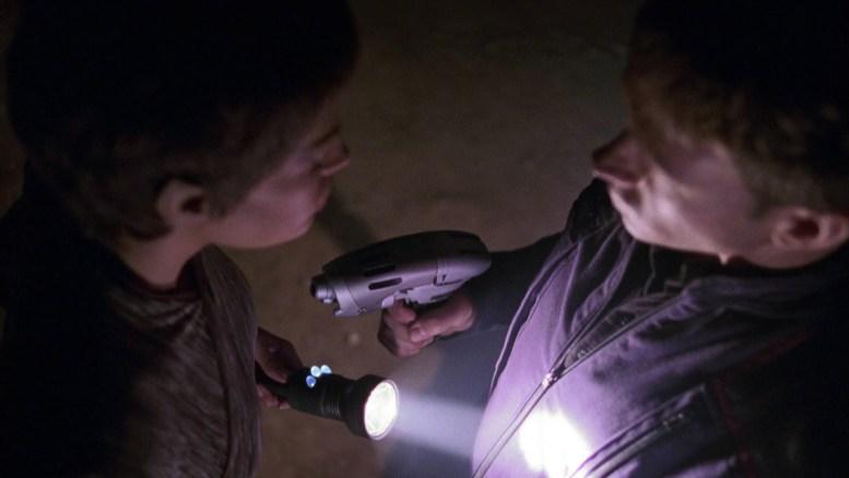 T'Pol e Tucker apontando arma um para o outro