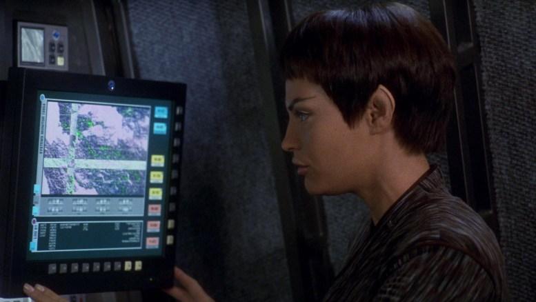 T'Pol fazendo leituras sobre Planeta Errante