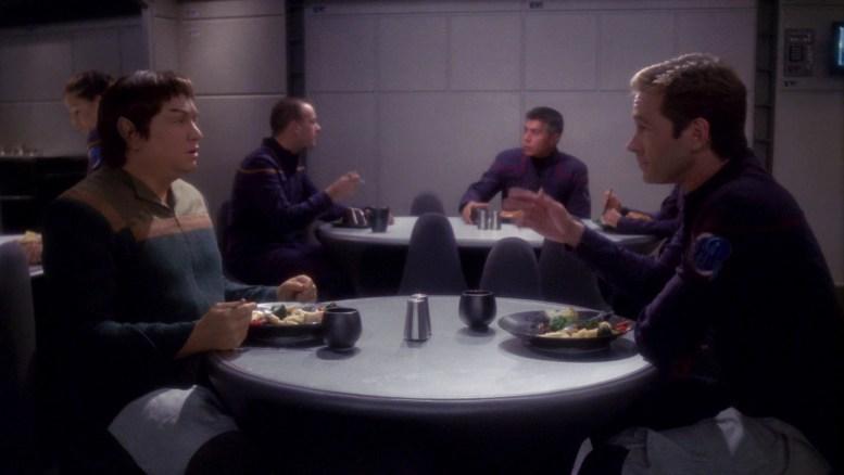 Tucker conversando com o Vulcano Kov