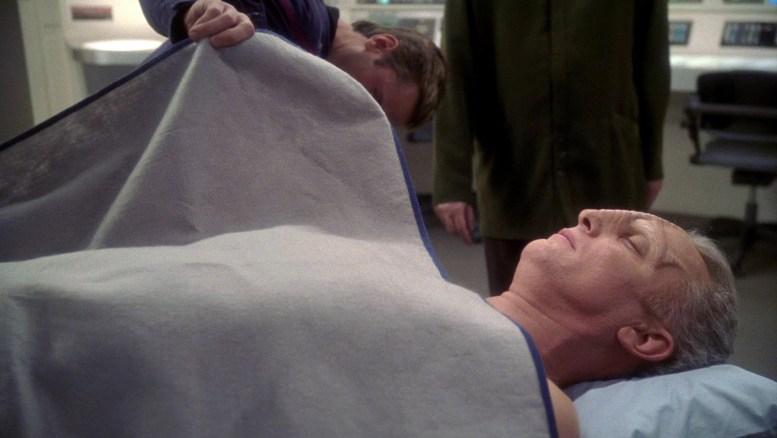 Caçador Eska na enfermaria da Enterprise